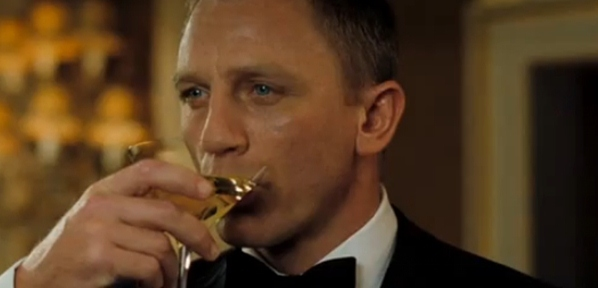 Casino-Royale-Daniel-Craig-drinking-martini